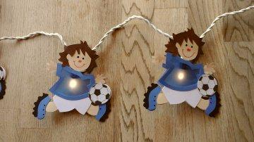 Lichterkette Fussballer, gebastelt aus verschiedenen Papieren, für den Innenbereich