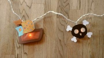 Lichterkette Pirat, gebastelt aus verschiedenen Papieren, für den Innenbereich