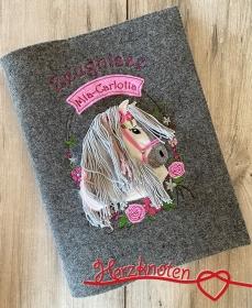 Zeugnismappe A4 gestickt auf grauem Filz, Pferdekopf im Blumenkranz, perfekt zur Einschulung, personalisierbar, Mädchen