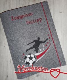 Zeugnismappe A4 gestickt auf grauem Filz, zum Schulstart, Fußballer, perfekt zur Einschulung, personalisierbar, mit Namen - Handarbeit kaufen
