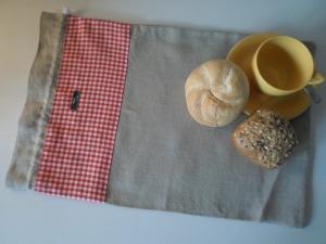 Brotbeutel *de luxe* Leinen hellgrau/ rot-weiß kariert von friess-design mit Baumwollkordel
