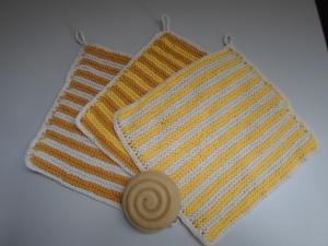 gestrickte Waschlappen aus Baumwolle im 3er-Set gelb gestreift von friess-design - Handarbeit kaufen