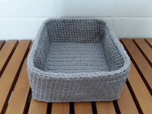 Utensilo/ Textilkorb/ Aufbewahrungsbox gehäkelt aus Baumwolle in hellgrau 18x15cm von friess-design  - Handarbeit kaufen