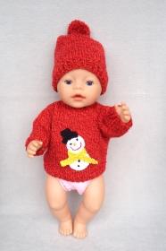 Handgestrickter Puppenpullover mit gehäkelter Schneemann-Applikation und  passender Pudelmütze