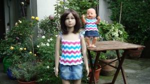 gestricktes, dreifarbiges Sommer-Top aus Baumwolle für Kind und Puppe, Gr. 104 / 43