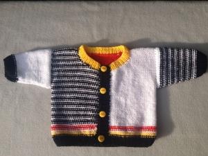 handgestricktes mehrfarbiges Baby-Strickjäckchen, Gr. 62/68 - Handarbeit kaufen