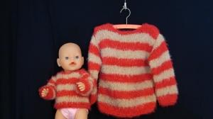 handgestrickter Pullover mit beige/roten Blockstreifen für Kind ( Gr. 98/104) und Puppe (Gr. 43)