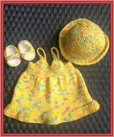 gestricktes Puppenhängerchen, Hut und Sandalen aus Baumwolle