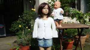 romantisches weißes Mohair-Strickjäckchen für Kind und Puppe, Gr. 98 / 104 - Handarbeit kaufen