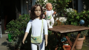 Hübsche gehäkelte Umhängetäschchen für Kind und Puppe - Handarbeit kaufen