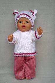 gestrickter weißer Puppenpullover und-mütze mit passender, genähter Puppenhose in altrosè