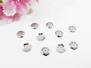 50 Edelstahl Perlenkappen 6mm, in Blumenform