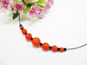 Stahlseil-Collier mit Polarisperlen in orange und schwarz, mit Edelstahl-Verschluss  - Handarbeit kaufen