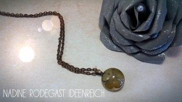 Halskette mit Anhänger, Kuppel mit getrocknetem Kleeblatt