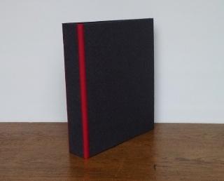 Büroordner bezogen mit anthrazitfarbenem geprägtem Papier und roten Leinenkanten