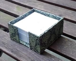 Zettelkasten Sanico verde, gefüllt mit weißen Notizzetteln