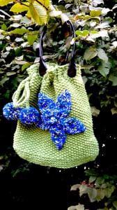 Grüner, handgestrickter Einkaufsbeutel bzw. Trachtentasche mit Blumenapplikation zum Zubinden