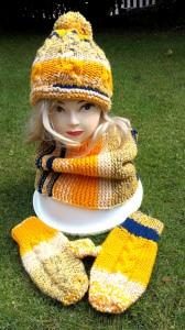 Sparset: gelb-blaue Bommelmütze mit Zopfmuster, Schlauchschal, Fäustlinge