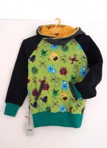 Kuscheliger Hoodie in grün und schwarz mit Monstern für kleine Jungs in Größe 104