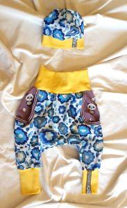 Süßes Set aus Pumphose und Babymütze mit Blumen in Größe 68
