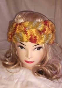 Warmes, gestricktes Stirnband aus einem breiten Zopf in gelb-bunt
