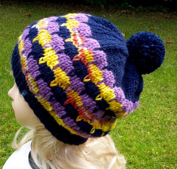 Strickbeanie/Ballonmütze mit Bommel in dunkelblau, lila und gelb