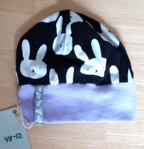 Coole kleine Mädchenmütze mit Hasen in schwarz, weiß und flieder aus Baumwolljersey, Kopfumfang ca. 48-52 cm