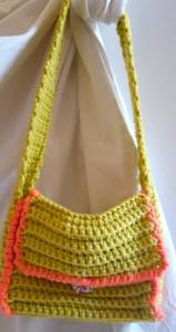 Gelbe Häkelhandtasche mit Knopf in Herzform für kleine Mädchen