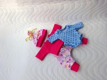 4 tlg. Puppenkleider Set Pumphose, Shirt, Mütze und Body 26-27 cm