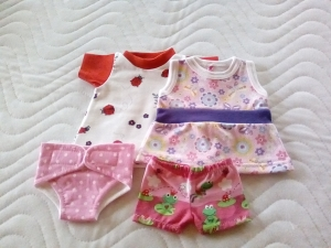 Handgemachtes 4 tlg. Puppenkleider Set 2 Kleider, Windel und Unterhose gr. 32 cm - Handarbeit kaufen