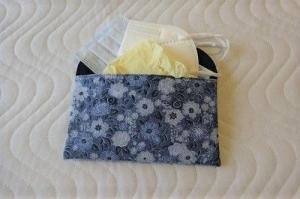 Maskentasche, Täschchen für Masken, Aufbewahrungstasche, Schutzhülle für FFP 2 Masken, jeansblau mit Blumen Motiv