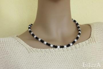 Schlichte kurze Halskette mit Holzperlen in schwarz-weiß