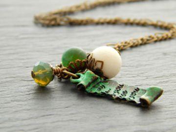 Bettelkette mit weißer Koralle, Glasperlen und Achat in Grün und von Hand patinierter Schriftrolle - Liebesbrief