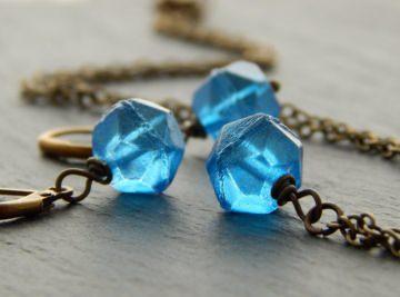 Schmuckset mit ausgefallenen blauen böhmischen Glasperlen im Rough Cut - Blaue Eiswürfel