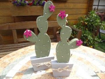 Handbemalter Holz Kaktus in Blattform  mit Blüte in der Variante groß