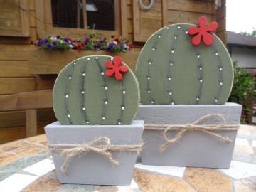 kleiner Holz Kaktus mit Blüte, als Fensterdeko in runder Form
