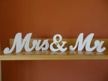 Schriftzug Mr. & Mrs. als Tischdeko am Hochzeitstisch