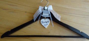 Kleiderbügel für den Hochzeitsanzug des Bräutigam mit dem Datum der Hochzeit