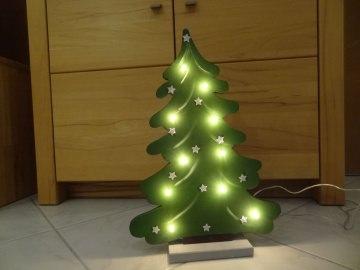 Tannenbaum aus Holz, beleuchtet mit einer 10 er Lichterkette