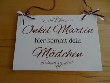Handgefertigtes Holzschild mit der Ankündigung der Braut