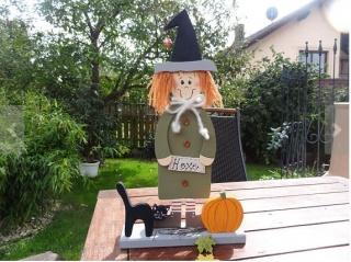 Liebevoll bemalte Hexe aus Holz mit Katze und Kürbis