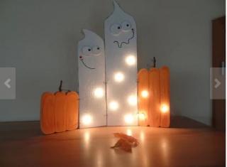 Gruseliges Gespenster Duo mit Kürbissen, beleuchtet