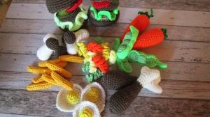 gehäkeltes Gemüse und gehäkelte Lebensmittel für Kinderküche und Kaufladen