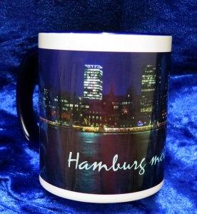 Kaffee-Becher mit der Hafenskyline Hamburg bei Nacht und  den Aufdruck