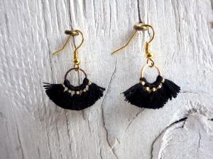 Statement Ohrringe black Tassel - goldfarbene Ohrhänger mit geometrischen Metall Anhänger  - Handarbeit kaufen