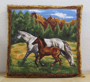Kissenbezug  Kissenhülle mit Stute und Fohlen vor Berglandschaft