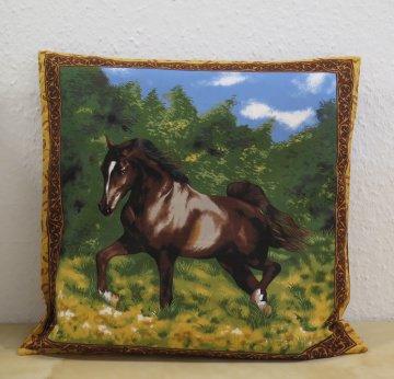 Kissenbezug / Kissenhülle mit braunem Pferd auf grüner Wiese