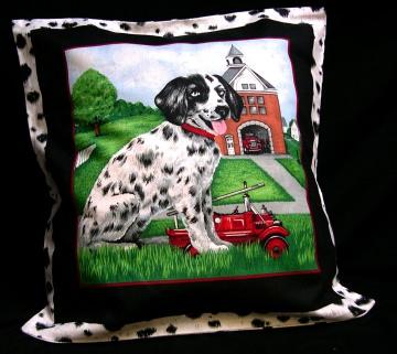 Kissenbezug mit Dalmatiner mit Spielzeug vor Feuerwache