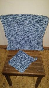 Gestricktes Handtuch mit Läppchen für Bad oder Küche in Blautönen