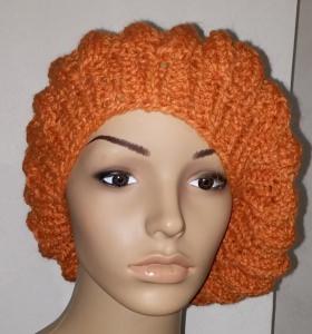 Orangefarbene rustikale gestrickte Baskenmütze im Reliefmuster